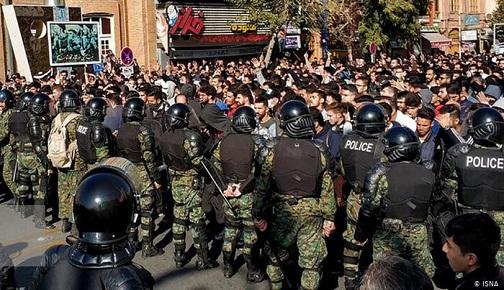 İRAN'DA TUTUKLANAN PROTESTOCULARA İŞKENCE VE KÖTÜ MUAMELE YAPILDIĞI ENDİŞESİ YAYILIYOR